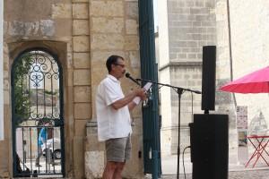 """Bernard lisant un extrait du livre """"le grand cahier"""" d'Agota Kristof"""