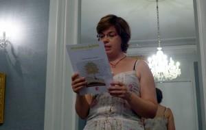 """Marianne Desroziers lisant son livre: """"L'enfance crue"""""""