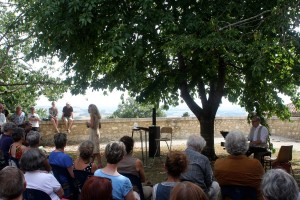Nine de Montal et D Lévi au jardin de la Cerisaie